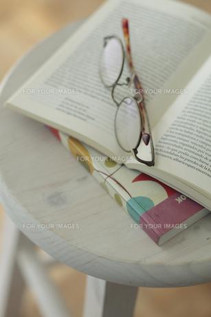 イスの上の本とメガネの写真素材 [FYI00474339]
