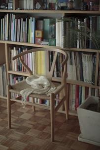 本棚の前のイスと観葉植物の写真素材 [FYI00474346]