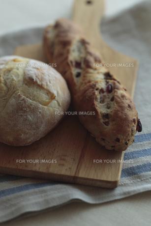 カッティングボード上のパンの写真素材 [FYI00474348]