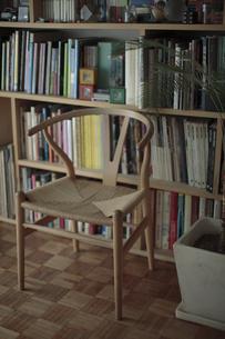 本棚の前のイスと観葉植物の写真素材 [FYI00474351]