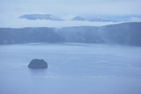 摩周湖とカムイシュ島の写真素材 [FYI00474356]