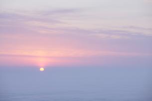 雲海から昇る朝日の写真素材 [FYI00474365]