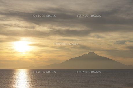夕陽と利尻山の写真素材 [FYI00474389]