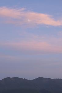 夕焼け雲と月の写真素材 [FYI00474393]