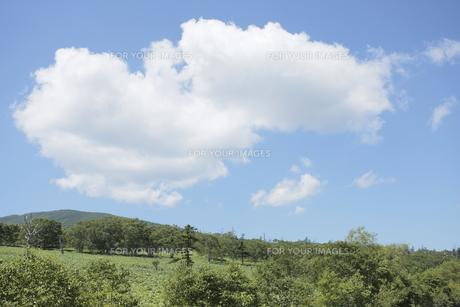 藻琴山と青空の写真素材 [FYI00474414]
