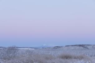 新雪のコッタロ湿原から阿寒富士と雌阿寒岳を望むの写真素材 [FYI00474444]