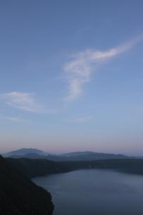 摩周湖と斜里岳の写真素材 [FYI00474495]