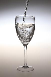 水が入ったワイングラスの写真素材 [FYI00474591]