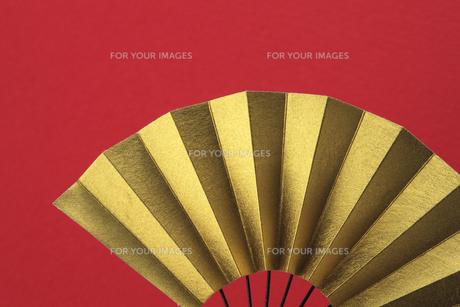 金色の扇と赤い和紙の写真素材 [FYI00474592]