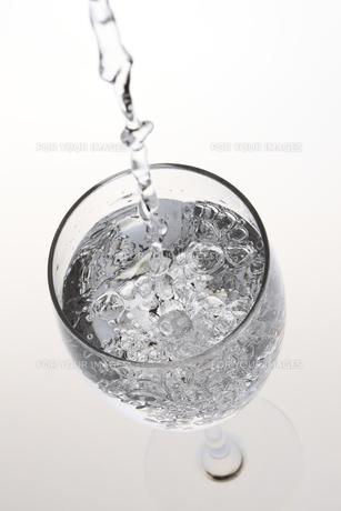 水が入ったワイングラスの写真素材 [FYI00474604]