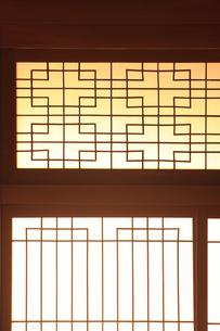 日本家屋のガラス戸の写真素材 [FYI00474839]