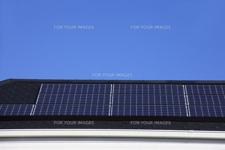 ソーラーパネルのある屋根の写真素材 [FYI00474893]