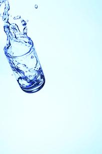 落下するコップと水の写真素材 [FYI00474928]