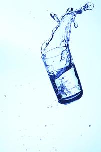 落下するコップと水の写真素材 [FYI00474933]