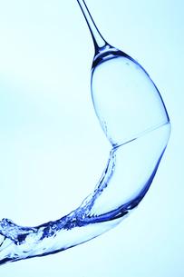 落下するワイングラスと水の写真素材 [FYI00474946]