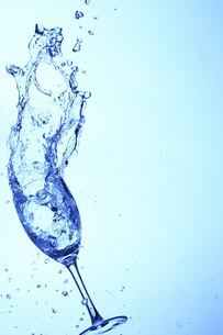 落下するワイングラスと水の写真素材 [FYI00474949]
