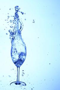 落下するワイングラスと水の写真素材 [FYI00474956]
