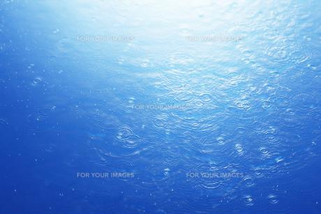 水面に落ちる水滴の素材 [FYI00475010]