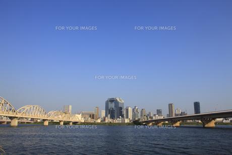 淀川河川敷から見る大阪の高層ビルの写真素材 [FYI00475157]