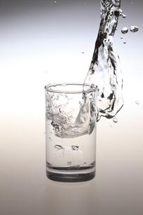 コップと水しぶきの写真素材 [FYI00475217]