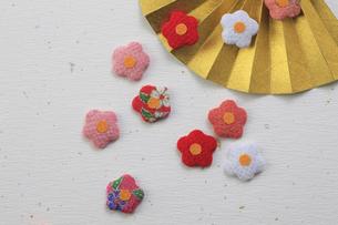 金色の扇子と梅の花の飾り物の写真素材 [FYI00475237]