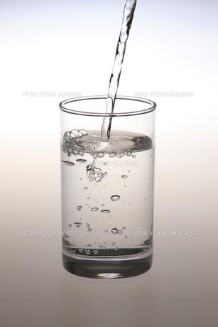 コップに水を注ぐ瞬間の写真素材 [FYI00475240]