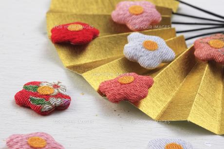 金色の扇子と梅の花の飾り物の写真素材 [FYI00475259]