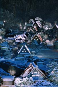白川郷合掌造り集落のライトアップの写真素材 [FYI00475358]