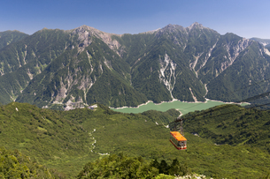 黒部湖と立山ロープウェイの写真素材 [FYI00475508]