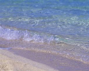 波打ち際の波の写真素材 [FYI00475614]