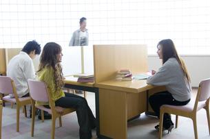 勉強する日本人大学生の写真素材 [FYI00476516]