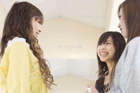 談笑する日本人女子大生の写真素材 [FYI00476518]