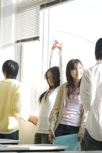 談笑する日本人大学生の写真素材 [FYI00476520]