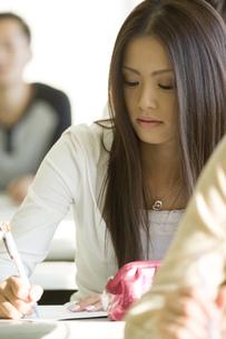 勉強する日本人女子大生の写真素材 [FYI00476522]