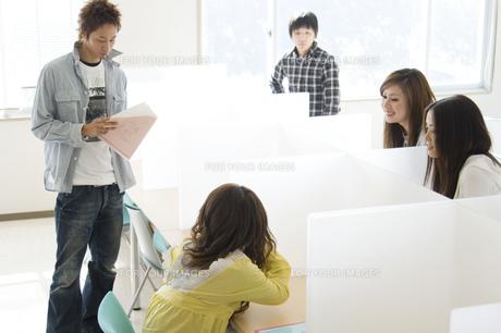 勉強する日本人大学生の写真素材 [FYI00476526]
