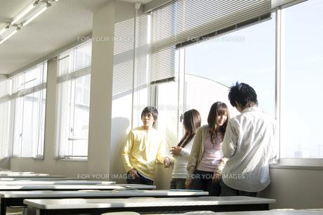 談笑する日本人大学生の写真素材 [FYI00476532]