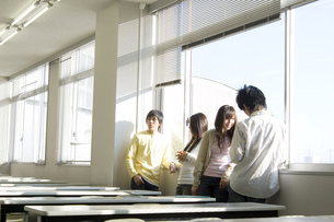 談笑する日本人大学生の素材 [FYI00476532]