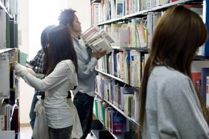 図書館の日本人大学生の素材 [FYI00476533]