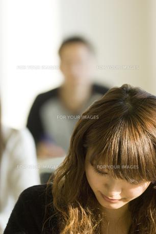 勉強する日本人女子大生の写真素材 [FYI00476534]