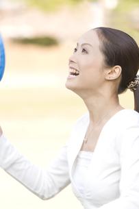 バドミントンをする女性の写真素材 [FYI00476543]