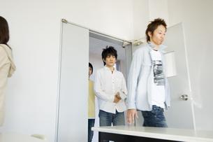 教室に入る学生の写真素材 [FYI00476544]