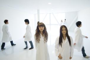 白衣を着た学生の写真素材 [FYI00476545]