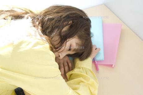 居眠りをする学生の写真素材 [FYI00476547]