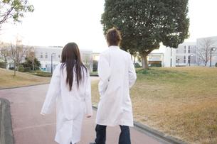 白衣を着た学生の写真素材 [FYI00476552]