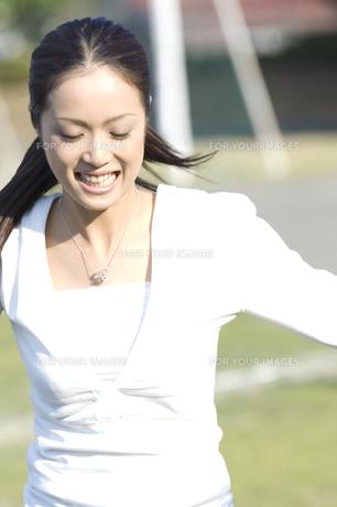 サッカーをする女性の写真素材 [FYI00476553]
