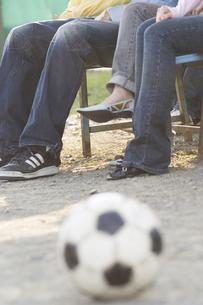 若い男女の足元の写真素材 [FYI00476555]