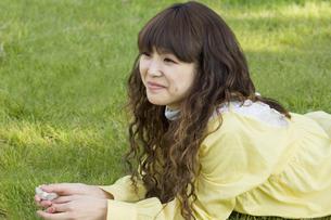 芝生に寝転ぶ女性の写真素材 [FYI00476572]