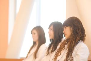 白衣を着た女子学生の写真素材 [FYI00476573]