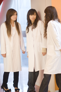 白衣を着た女子学生の写真素材 [FYI00476574]