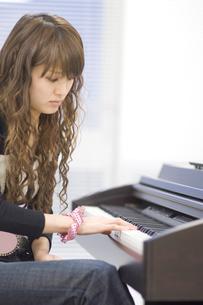 ピアノを弾く女性の写真素材 [FYI00476581]